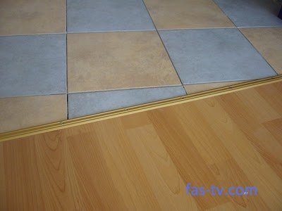Сочетание ламината и напольной плитки в зонированных помещениях